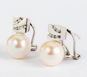 Frota las perlas de los pendientes entre ellas